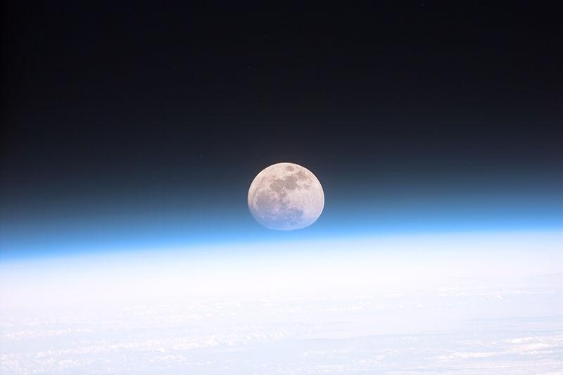 被地球大气层局部笼罩的月球